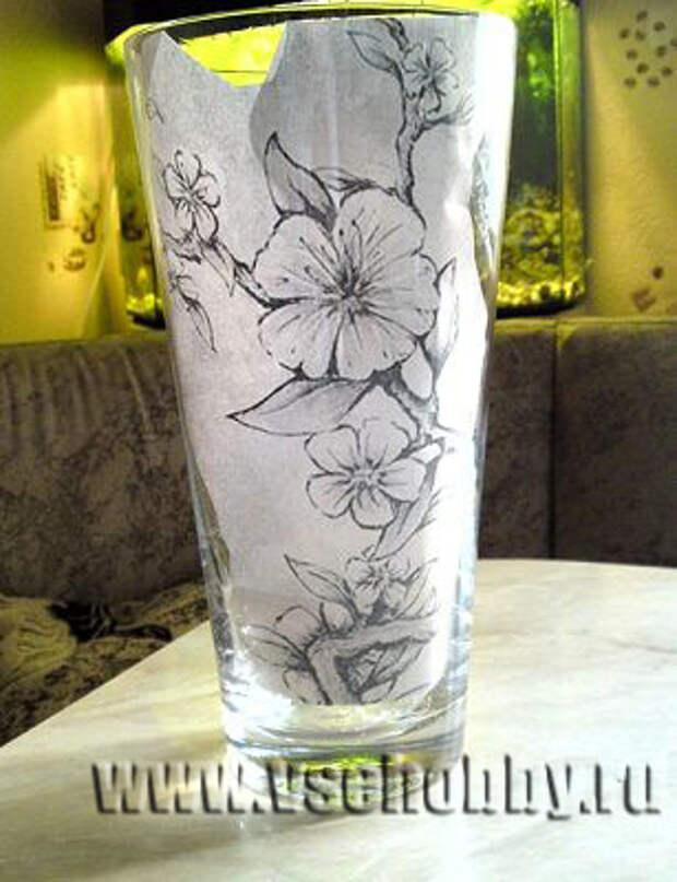приклеиваем рисунок скотчем вутри вазы