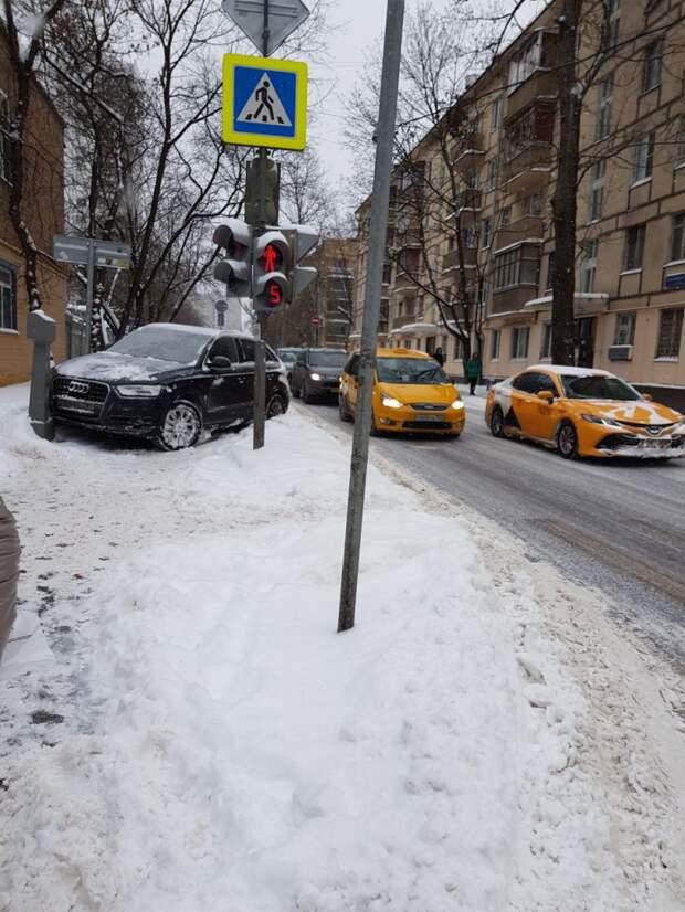 Водитель иномарки не справился с управлением на 5-й улице Марьиной рощи