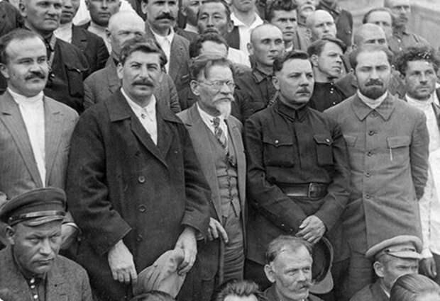 Сталин со своими немногочисленными соратниками на XVI съезде ВКП (б) в 1930 году