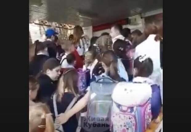 В мэрии Краснодара ответили, почему у станичной школы возникло столпотворение детей