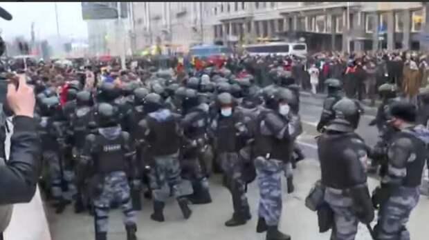Мирный протест дичает на глазах: Гуляющие в Москве набрасываются на полицейских