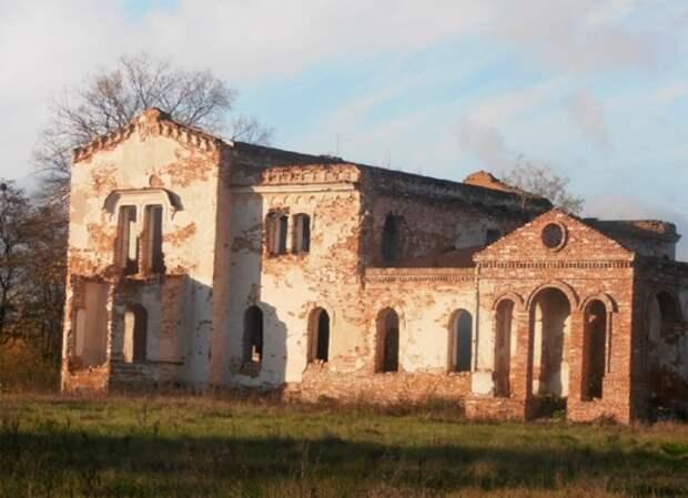Полуразрушенное здание усадьбы князя Щербатова в Хорошках | Фото: fakty.ua