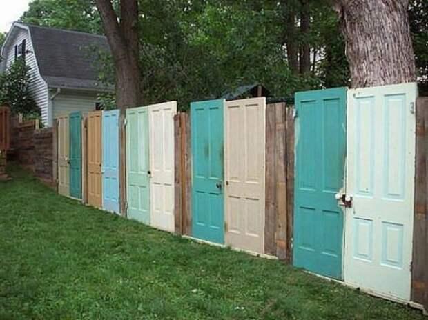 Забор из старых дверей