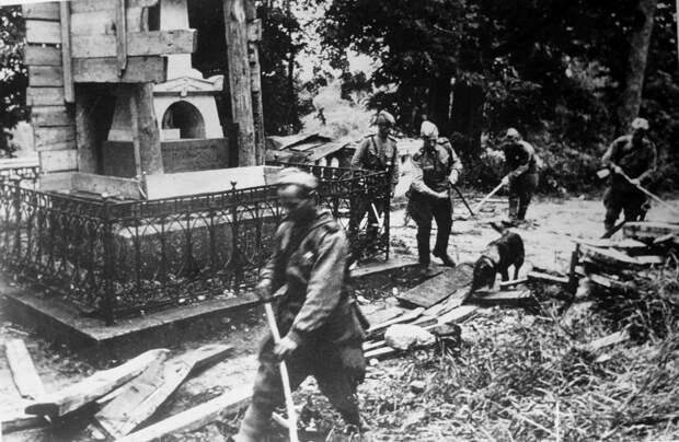 Советские саперы с собаками проводят разминирование могилы А.С. Пушкина в Святогорском монастыре