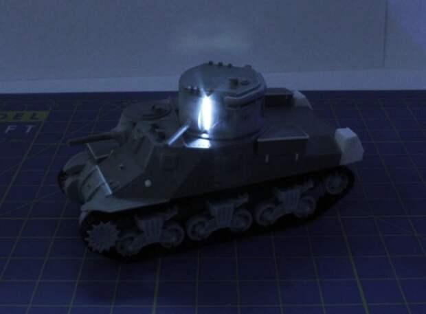 Масштабная модель танка M3 Lee CDL с подсветкой.   Фото: flickr.com.