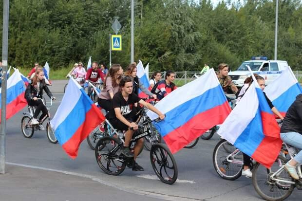 Масштабный велопробег ко Дню флага в Омске завершился фаер-шоу и салютом