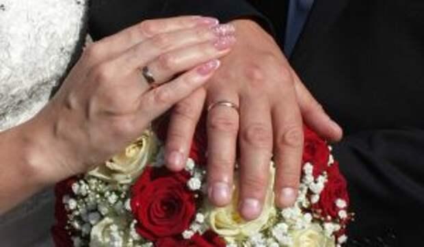 «Горько!»: овдовевших Максакову и Садальского поздравляют с бракосочетанием