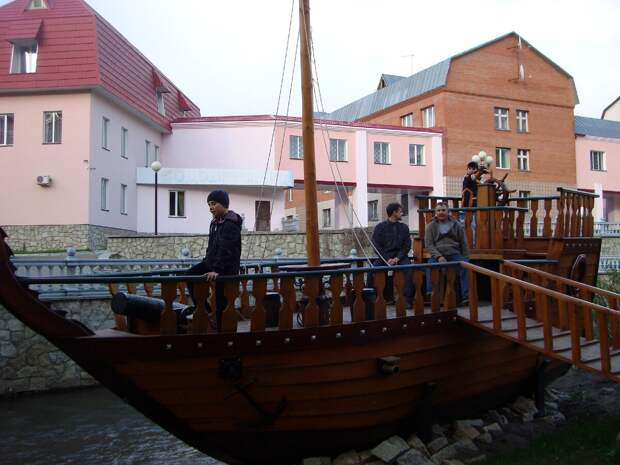 Очень симпатичный кораблик, который раньше стоял на территории одного из санаториев. Фото из личного архива.