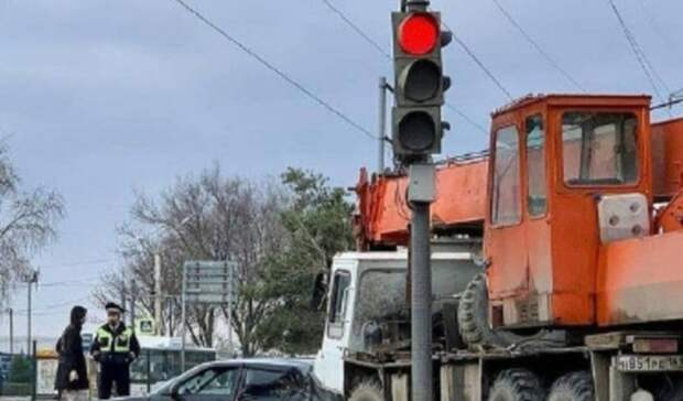 Строительный кран «смял» Lada Priora вРостове