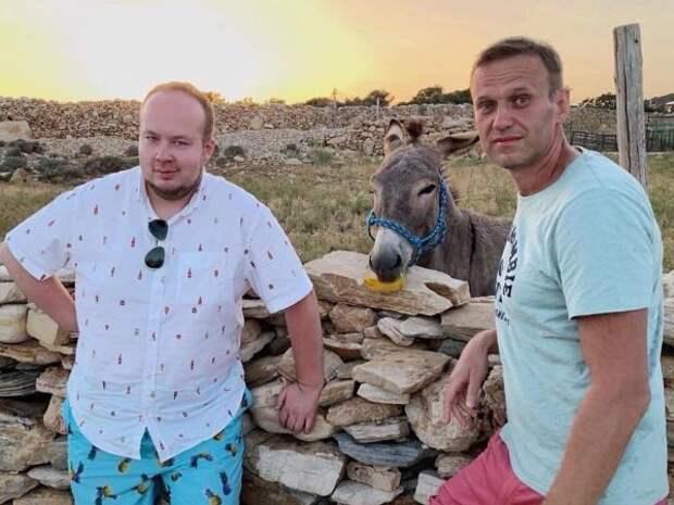 «Бежали робкие кгрузинам»: шарага Навального рванула вТбилиси