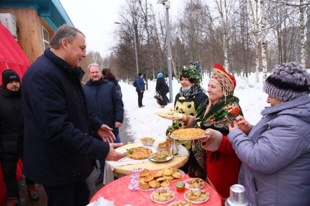 Жительницы Марьина посоревновались в приготовлении масленичных блинов. Автор фото - Александр Чикин