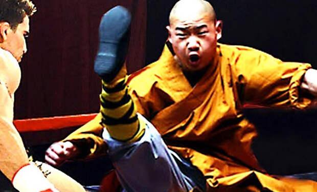 Шаолиньский монах непробиваем под мощным атаками ММА-бойцов