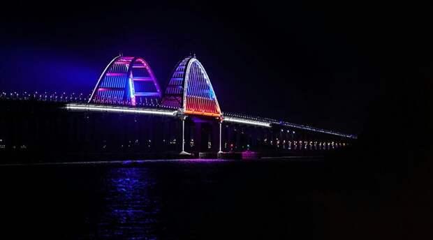 Крымский мост теперь светится цветами флага России