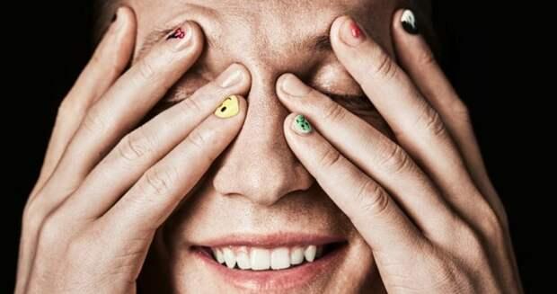 Парни с накрашенными ногтями: новый тренд или традиция?