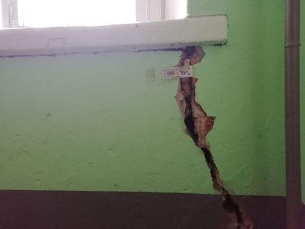 Депутаты призвали Смольный заняться домом Чубакова, который покрылся трещинами из-за соседней стройки