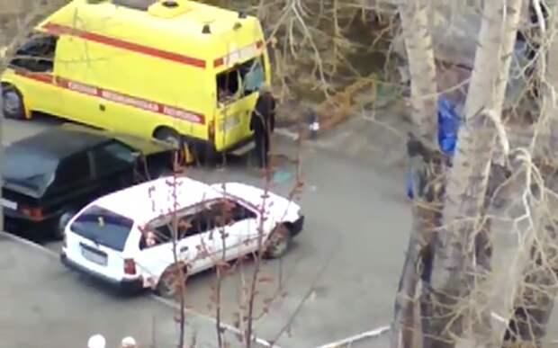 Видео: буйный пациент с воплями сбегает из окна «Скорой помощи»