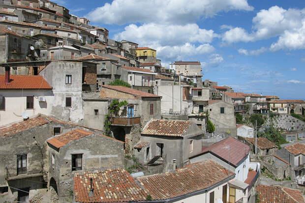 Власти Италии начали продавать дома за один евро