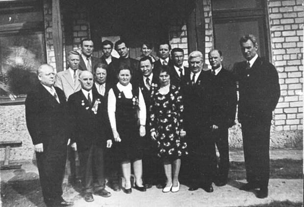 Первая встреча бывших подростков и партизан в Смольках в 1976 году. Матрёна Вольская — в центре в темном сарафане. / Фото: www.rusmir.media