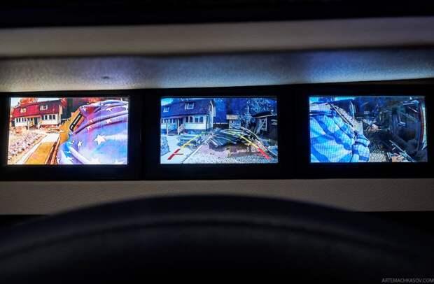 В центре панели –экраны, выводящие картинку с трех камер. брдм, военная техника