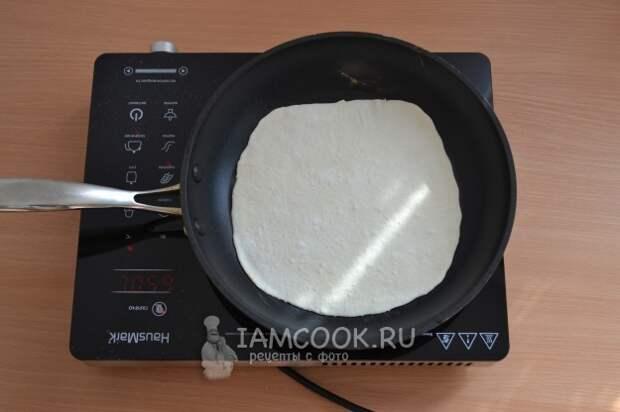 Положить тесто на сковороду