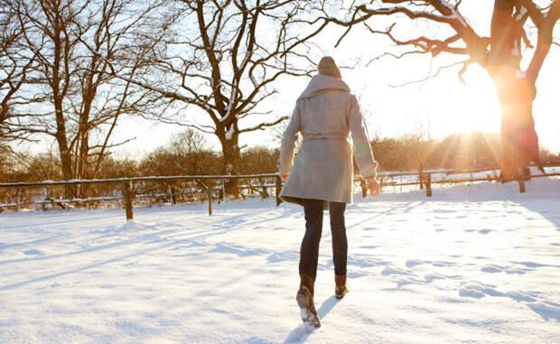 Солнцезащитный крем Поверхность Земли находится ближе к Солнцу в течение зимних месяцев. Фактически, мы подвергаемся воздействию более вредных лучей, даже не осознавая этого. Кроме того, снег и лед могут одновременно отражать до 80% от вредного воздействия ультрафиолетовых лучей, в два раза увеличивая опасность развития рака кожи. Не бойтесь пользоваться солнцезащитным кремом зимой.