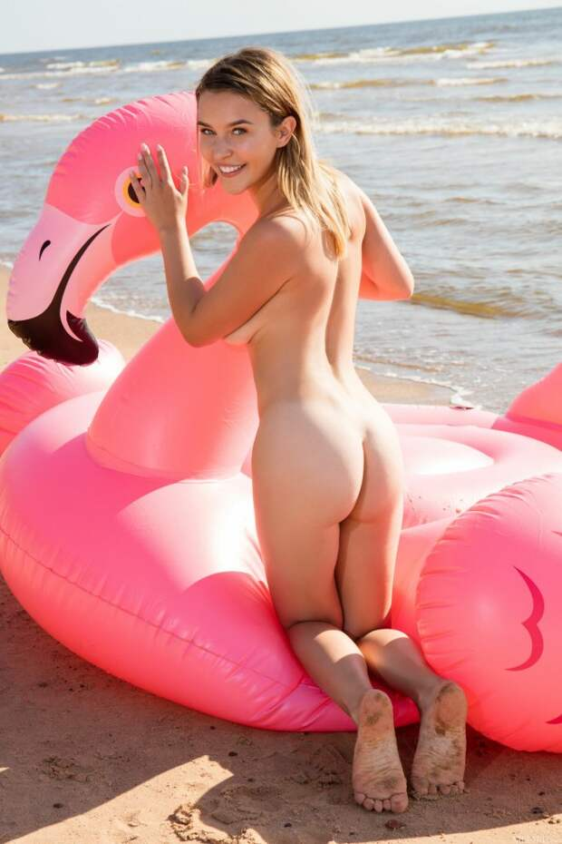 Dominika Jule на диком пляже