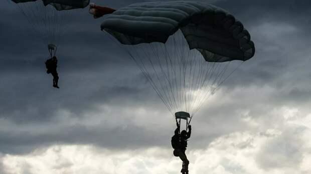 Спецназ ВДВ России выполнил десантирование с высоты 6 км