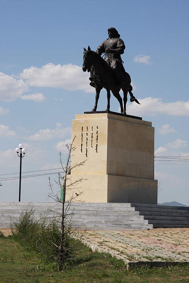 Памятник Чингисхану в аэропорту Улан-Батора.