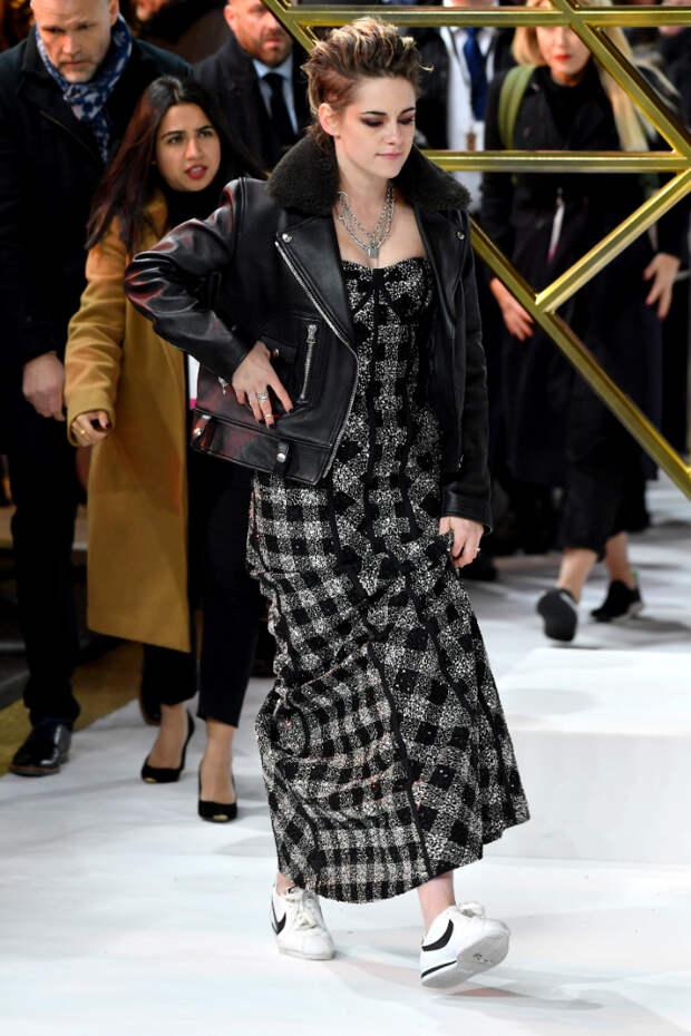 Для Кристен Стюарт не проблема надеть роскошное вечернее платье с кроссовками