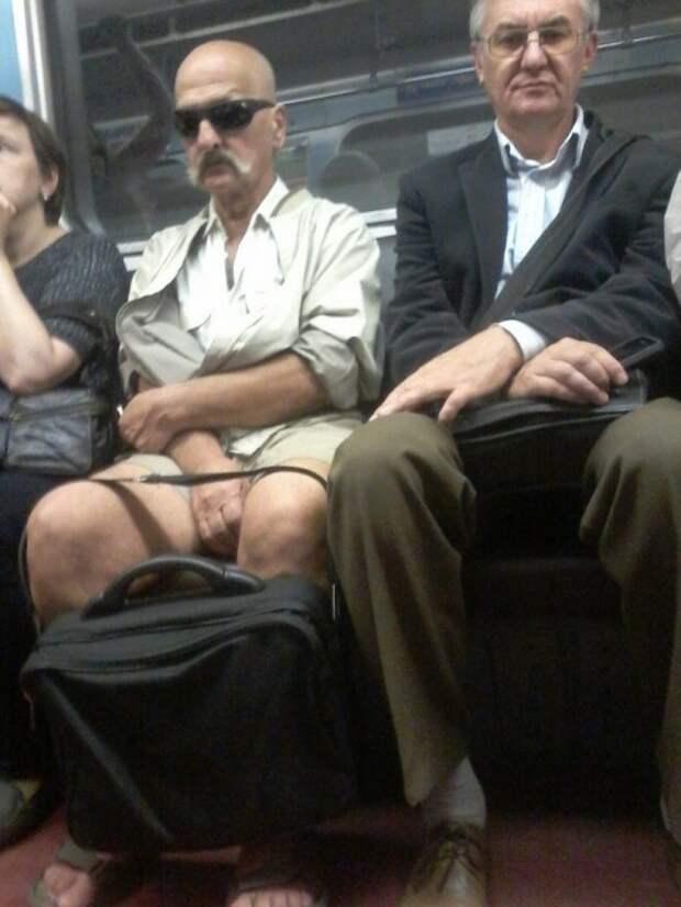 усатый мужчина в шортах