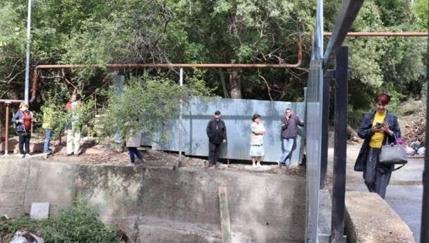 В Ялте мужчина оградил забором проход через мост в центр города