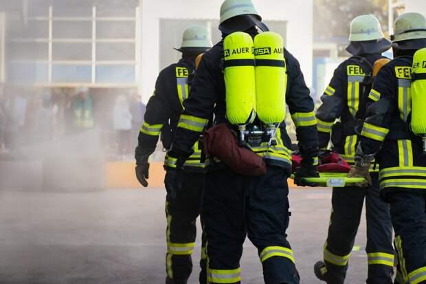 В Митине пожарные из огня вынесли женщину