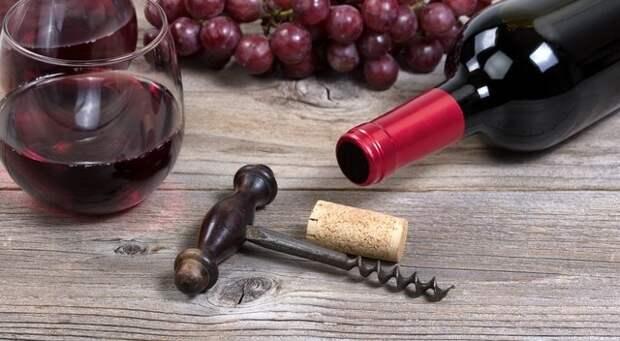 Удаляем крошки винной пробки