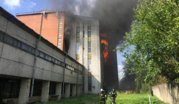 Склад свечей загорелся в Петербурге