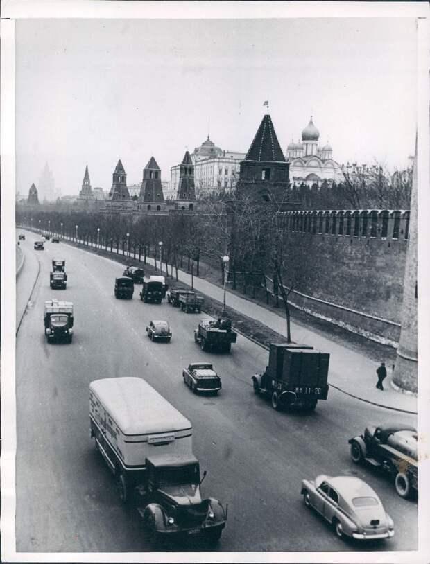 1957. Москва. Транспорт движется по Кремлевской набережной