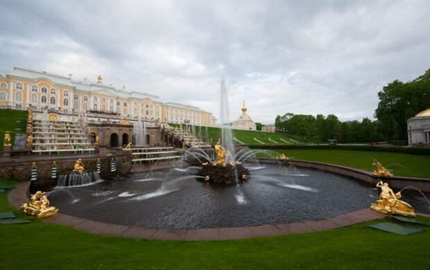 В Петергофе стартует сезон фонтанов: вход в Нижний парк теперь платный