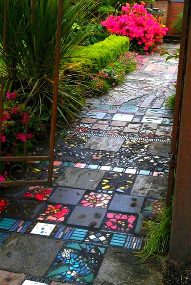 Дорожка из тротуарной плитки и мозаики.   Фото: Pinterest.