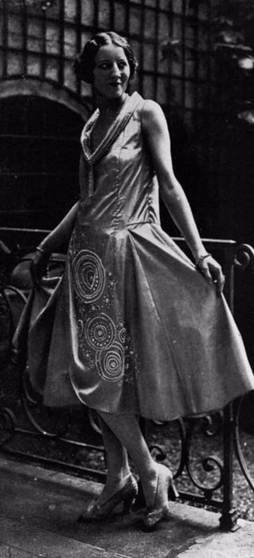 Оригинальный фасон платья с длинным вырезом и необычной обработкой ворота.