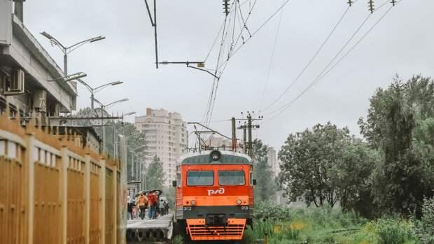 Пассажиры застряли в пригороде Петербурга из-за остановки сломанного поезда