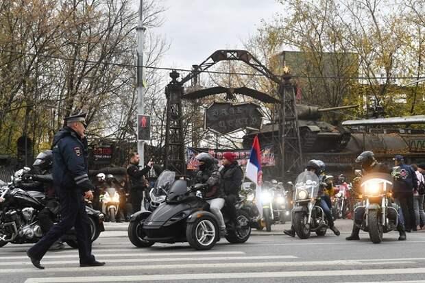 Байкеры не согласились с ночным запретом проезда на Патриарших и перекрыли дорогу