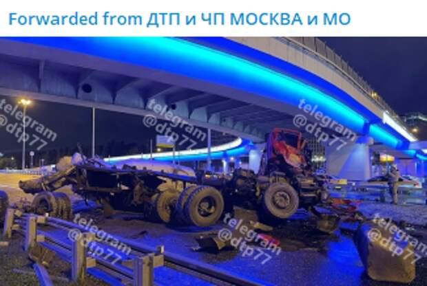 Прокуратура взяла на контроль проверку ДТП с падением грузовика с эстакады на Ленинградке