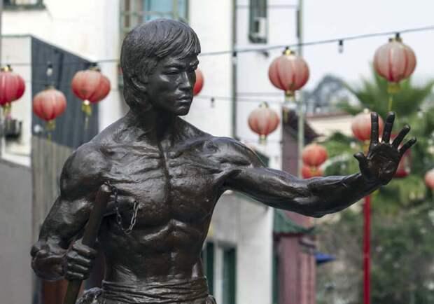 Памятник Брюсу Ли в чайна-тауне Лос Анжелеса.