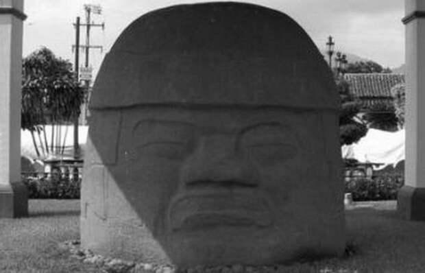 Голова из Ранчо-ла-Кобата на главной площади Сантьяго-Тустла