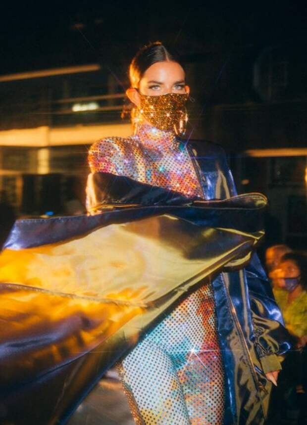 Маски с вечерними платьями? Нет, не карнавал - это мода covid-19.
