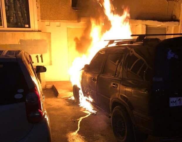 Две иномарки сгорели на улице Цимлянская в Иркутске в ночь на 11 мая