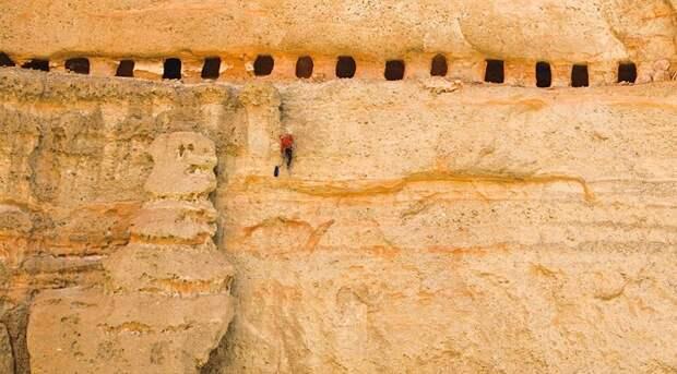 Загадочные рукотворные пещеры в гималайских горах