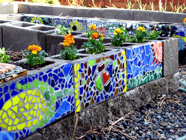 Бордюры, украшенные мозаикой.   Фото: DecoArt24.