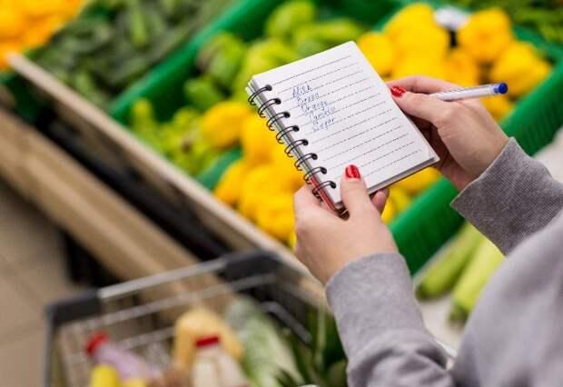 Списки с продуктами помогают рассчитать бюджет и спланировать блюда / Фото: timeincsecure-a.akamaihd.net