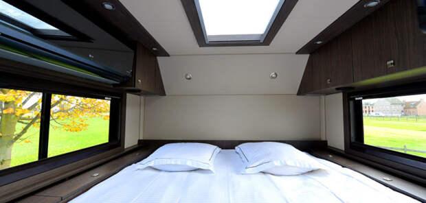 Громадная кровать в доме на колесах STX Mercedes Actros.