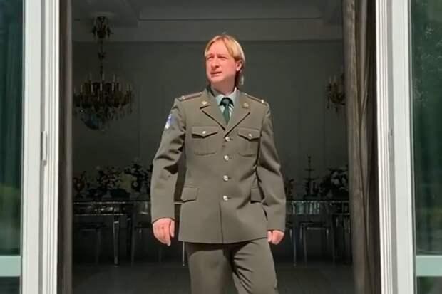 «Младший лейтенант, мальчик молодой!» Плющенко примерил военную форму под песню Аллегровой: видео
